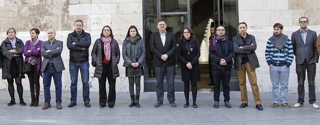 Puig y Oltra, junto a otros miembros del Consell han mantenido cinco minutos de silencio frente al Palau de la Generalitat.