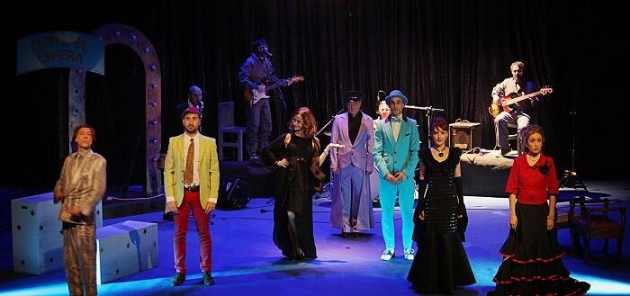 Un dinámico montaje en el que los actores cantan y bailan al son de la música en directo de la Banda de los Monos Voladores.