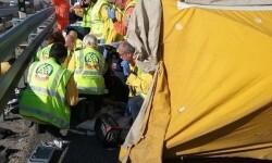 Un motorista muere al salirse del carril y chocar contra un auto en Cortes de Pallás.