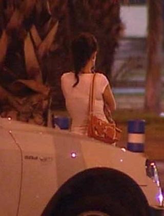 Un prostituta esperando clientes por la zona de Ciutat Vella.