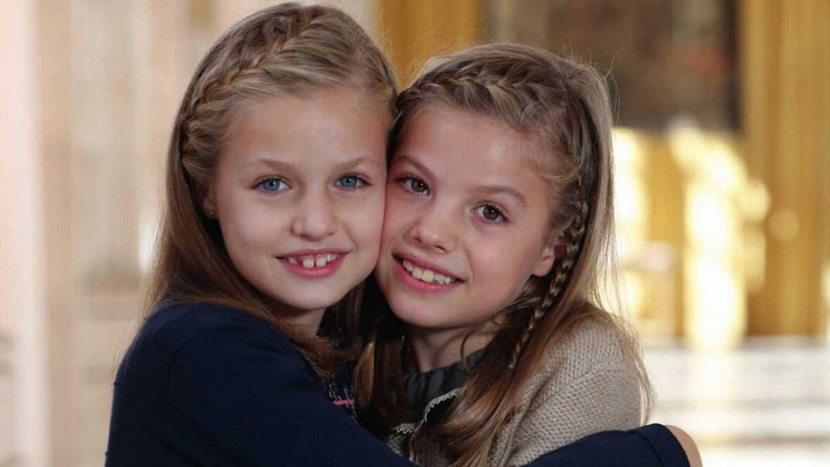 La Princesa de Asturias, Leonor, abrazada a su hermana, la infanta Sofía.  CASA REAL