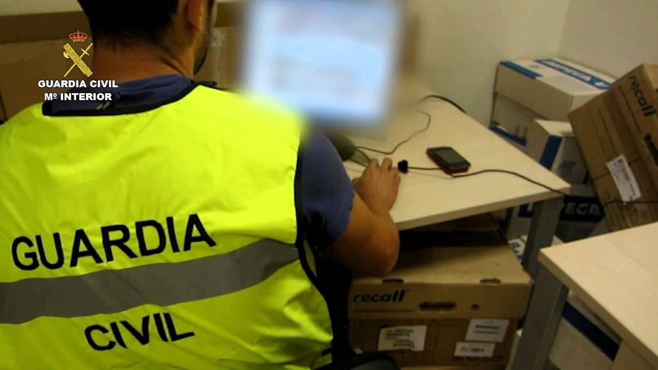 La Guardia Civil detiene a una persona por 13 delitos de corrupción de menores a través de Whatsapp