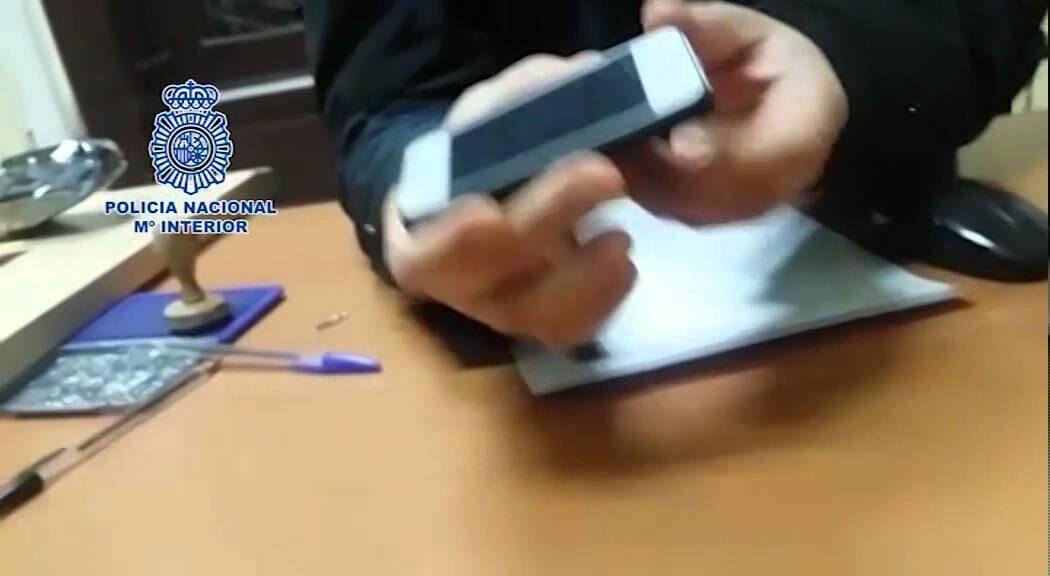 La Policía Nacional detiene a cuatro personas por atracar a un joven con un teléfono móvil usado como arma eléctrica