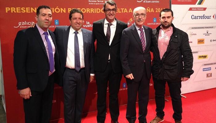 de izquierda a derecha, el alcalde de Llucena, David Monferrer; el presidente de la Diputación de Castellón, Javier Moliner; el director de la Vuelta, Javier Guillén; y el diputado provincial de Deportes, Luis Martínez.