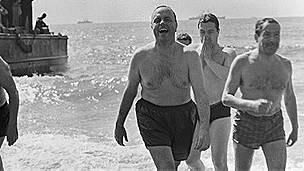 Ministros del gobierno español se bañaron en playas de Palomares para generar confianza.