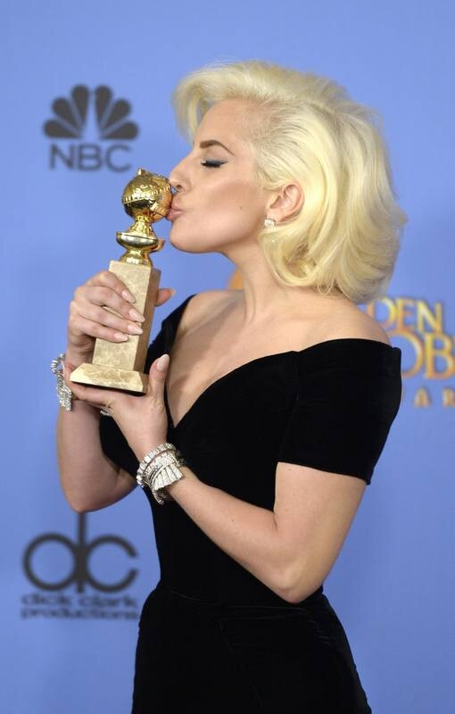 MAN71. Beverly Hills (United States), 11/01/2016.- Lady Gaga kisses the award for Best Performance by an Actress for a Limited Series in a Motion Picture made for Television for ' class=