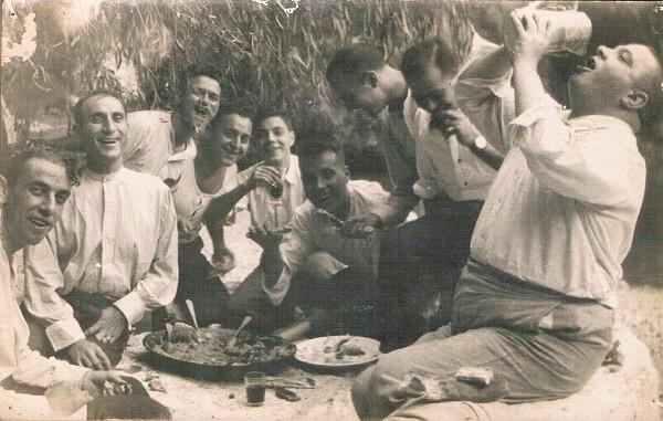 1925. Celebrant la paella en un lloc de l' class=