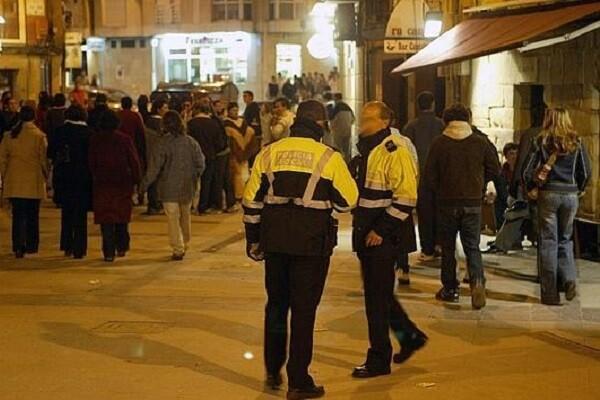 Agentes de la Policía Local controlan que los establecimientos de ocio nocturno cumplan las ordenanzas municipales.