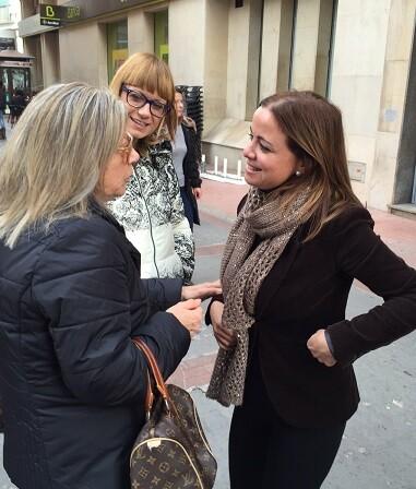 Ana Montagut charla con vecinos de la localidad de Burriana. (Foto-Valencia Noticias).