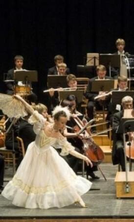 Diez bailarines del Strauss Festival Ballet acompañaron la mitad de las obras del concierto.