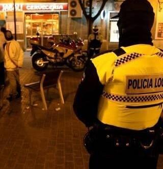 Dos agentes por zona visitarán por las noches los locales para revisar que tienen su licencia de actividad.