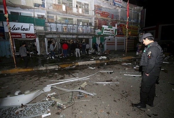 Iraqi security forces gather at the site of a car bomb in New Baghdad, January 11, 2016.  REUTERS/Stringer    EDITORIAL USE ONLY. NO RESALES. NO ARCHIVE