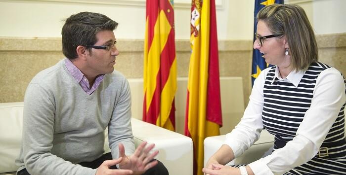 El presidente con la alcaldesa de Navarrés. (Foto-Abulaila).