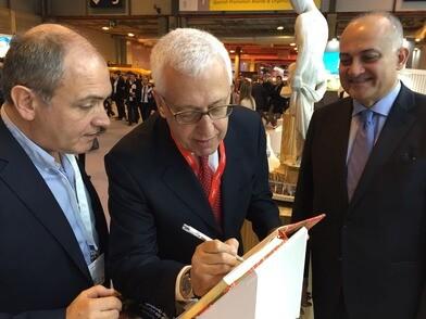 El director de la OMT firma en apoyo a la candidatura de Valencia