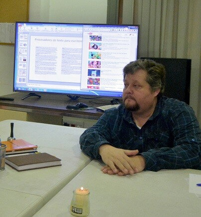 José Cuñat escucha con interés las preguntas de los alumnos. (Foto-R.Fariña-Valencia Noticias).
