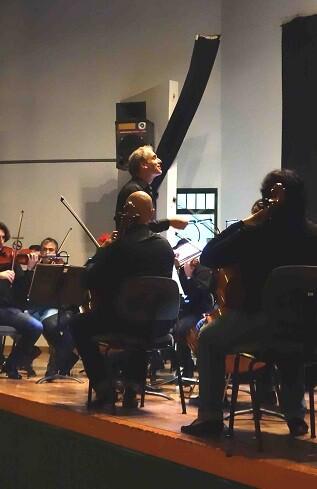 La Orquesta de Valencia, bajo la dirección de Yaron Traub.