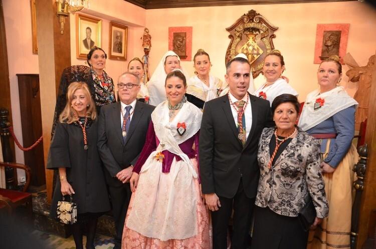 La junta para este 2016 posa con la Reina de la Hermandad del Ramo de la Aguja y su corte