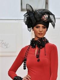 La modelo Lamiae El Kandarrou en uno de los desfiles de la Pasarela.