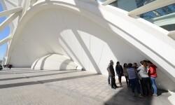 Los visitantes del Museu de les Ciències descubren cómo funcionan las ondas de sonido en los arcos comunicantes. (Foto-Valencia Noticias).