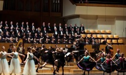 Más de 200 músicos, voces y bailarines interpretan en el Palau 'El cascanueces'.