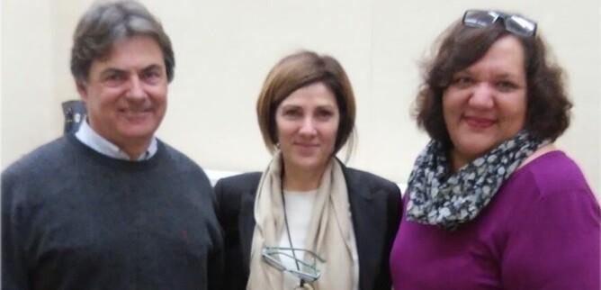 María Teresa Girau con miembros de la directiva de Acovastta y Roxana Apollonio, psicóloga especialista en síndrome de Tourette y terapeuta de Acovastta.