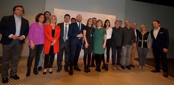 Maria Josep Amigó, y la diputada de Turismo, Pilar Moncho y representantes políticos durante el acto de presentación.