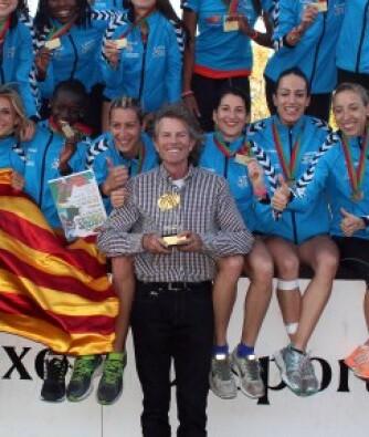 Rafael Blanquer, en el centro junto a integrantes deportivas del equipo València Terra i Mar.