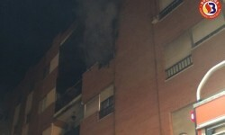 Rescatan a una persona en el incendio de una vivienda abandonada en Riola.