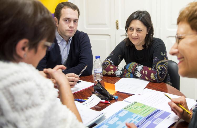 Rosa Pérez se reúne con regidora educació ayto Cheste foto_Abulaila (1)