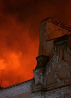 Se especula que el incendio pudo ser provocado.