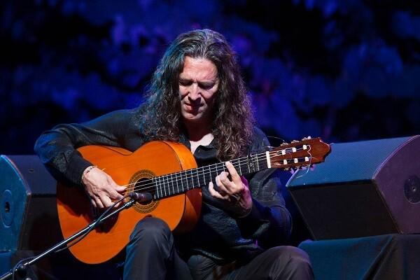 Tomatito actúa en el Teatro El Musical acompañado por artistas de su familia.