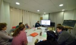 Veteranos del taller literario adscrito a 'Libro, vuela libre' disfrutan de una masterclass sobre herramientas digitales. (Foto-R.Fariña-Valencia Noticias).