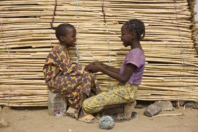 ACNUR/UNHCR/Hélène Caux - Ibrahim y su hermana Larama, de 13 años, hablan frente a su tienda en el campo de Minawao, Camerún.