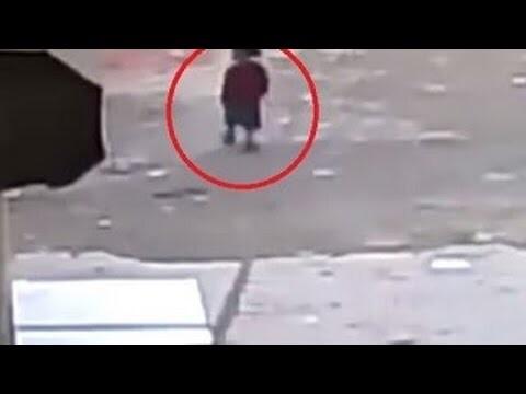 La niña que cayó sobre el pavimento justo cuando un auto la iba a arrollar