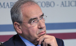 """EL POLITICO ALFONSO GUERRA DURANTE LA PRESENTACION DEL LIBRO """"RECUERDOS FRATERNALES""""  26/01/2010 MADRID"""