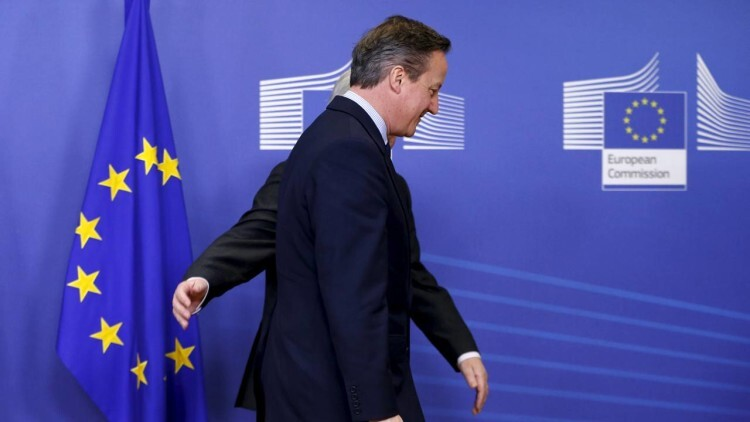 Britain's Prime Minister David Cameron is welcomed by European Commission President Jean-Claude Juncker (back) ahead of a meeting at the EU Commission headquarters in Brussels, Belgium, in this January 29, 2016 file photo. REUTERS/Francois Lenoir/Files