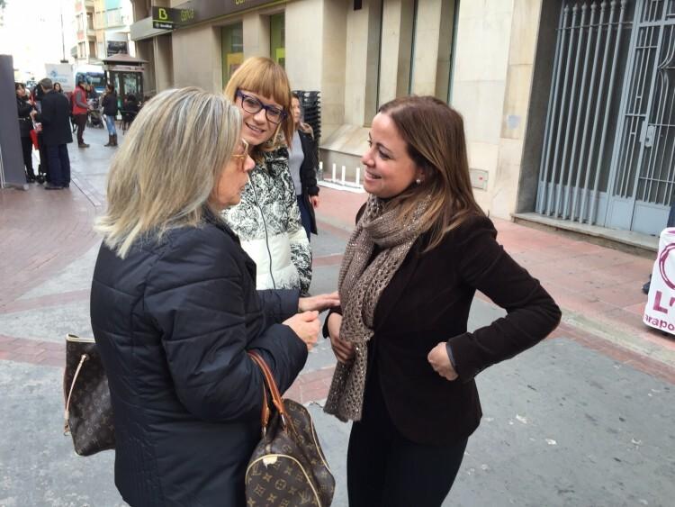 Ana Montagut con vecinos
