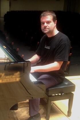 Apellániz ha sido galardonado con el Premio Nacional de Música como pianista solista del Grupo Instrumental de Valencia.