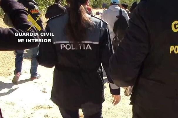 Detienen a cinco personas por explotación laboral a rumanos en la campaña de la naranja en Valencia.