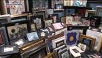 Detingudes tres persones per falsificar i distribuir obres d'art d'un prestigiós pintor català.