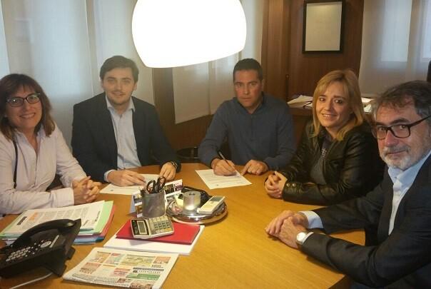 El Ayuntamiento de chiva firma un convenio con Cáritas para la recogida de ropa usada.