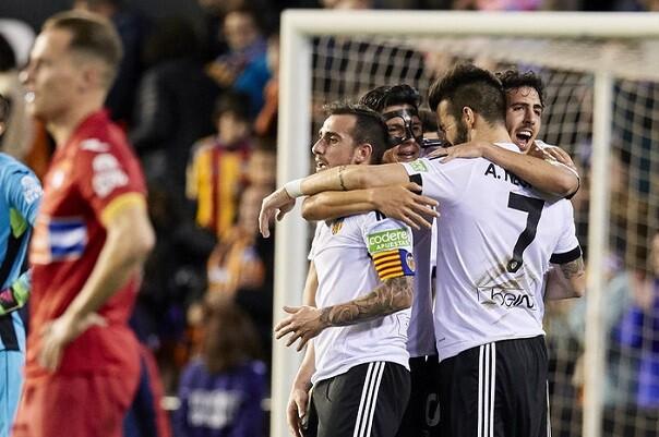 El Valencia logra tres puntos al imponerse al Espanyol (2-1) y aleja su crisis. (Lázaro de la Peña).