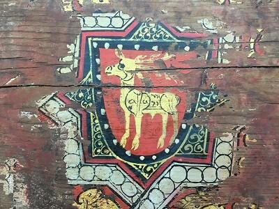 El artesonado se pintó íntegramente en el suelo y después se armó en el techo.