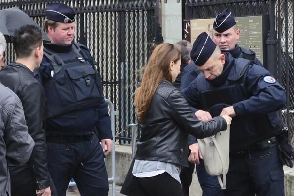 El gobierno francés pide extender el estado de emergencia tres meses más.