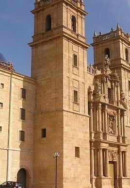 En el recorrido se visita el claustro sur del monasterio, la iglesia de San Miguel, la cripta donde se guardan los restos de Fernando de Aragón y Germana de Foix.