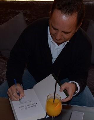 González firma uno de los ejemplares de la novela.