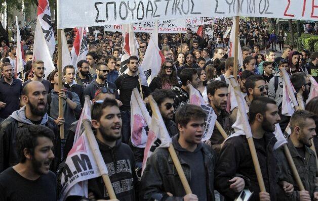 GE01 ATENAS (GRECIA) 05/11/2015.- Un grupo de estudiantes griegos protesta en el centro de Atenas (Grecia) hoy, 5 de noviembre de 2015. Los estudiantes se manifiestan en contra de los recortes en materia educativa y las políticas de austeridad. EFE/Orestis Panagiotou