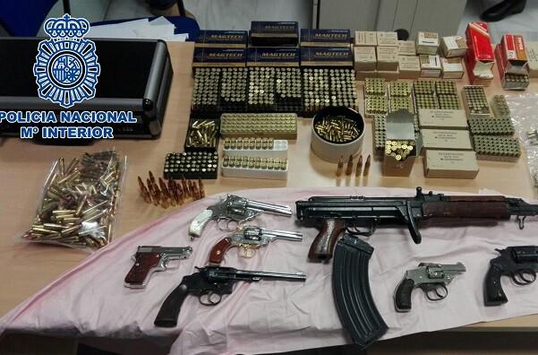 Intervenido un fusil AK-47 y diez armas cortas a un activo grupo de traficantes de droga desarticulado en Granada.