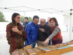 Ana Bermejo, organizadora del Mercat de la Terra, Pedro Llorte, concejal de Cultura y Bernabé Cano, alcalde de La Nucía visitando uno de los puestos