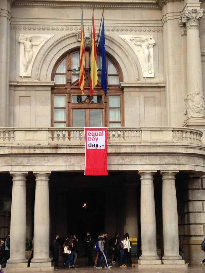 La bandera de la brecha salarial ondea en el Ayuntamiento de Valencia (2)